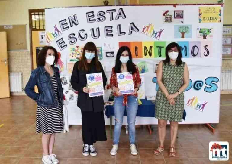 Entregan cuadernos de actividades para verano a alumnos de quinto primaria de Miguelturra